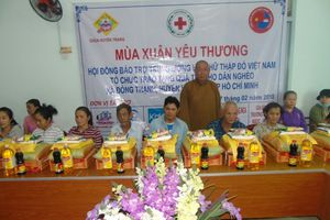 TP.HCM: Chùa Huyền Trang phát quà ở xã Đông Thạnh, huyện Hóc Môn