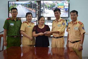 CSGT Công an huyện Nghi Xuân trả lại tiền cho người đánh rơi