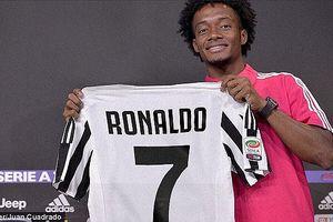 Bị Ronaldo lấy áo số 7, tiền vệ Juventus 'hỏi ý kiến khán giả' về số áo mới