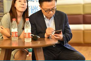 CEO Samsung 'bị bắt quả tang' đang sử dụng Galaxy Note 9