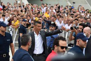 Ronaldo vẫn gây sốt ở tuổi 33
