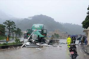 Quảng Bình: Xe container tông vào bốt gác khiến một Trung tá Biên phòng tử vong