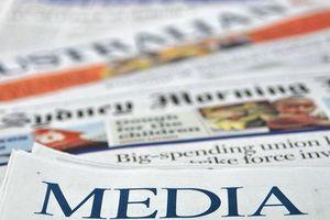 Hai đối thủ báo Australia bắt tay nhau để bảo vệ sự tồn tại của báo in