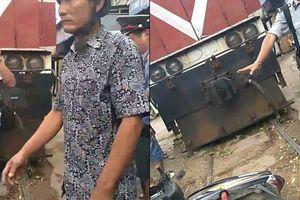 Bị tàu lửa tông, người nhà dùng xe máy chặn đoàn tàu để 'bắt đền'