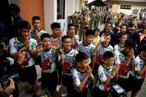 Đội bóng Lợn Hoang xuất viện, các cầu thủ nhí tăng 3 kg sau khi được giải cứu