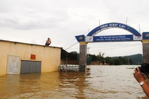 Chùm ảnh: Bão số 3 tan, nông thôn ở Hà Tĩnh bị cô lập trong biển nước