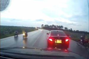Clip: Tranh cãi quanh chuyện ô tô bỗng dưng phanh gấp giữa đường gây va chạm