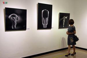 Những bức ảnh khỏa thân nghệ thuật lần đầu trưng bày tại Hà Nội