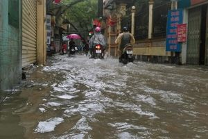 Người dân Hà Nội 'bì bõm' trên các tuyến đường sau trận mưa to kéo dài