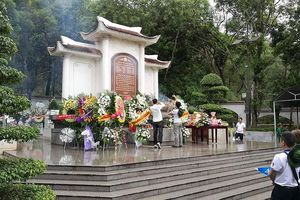 Đại diện báo Tiền Phong dâng hương tại khu di tích Ngã ba Đồng Lộc