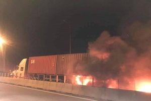 TP HCM: Tai nạn kinh hoàng trên cao tốc, xe khách cháy dữ dội khiến 2 người tử vong