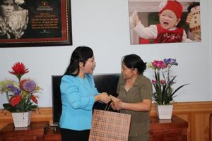 Xem video Bộ trưởng Bộ Y tế hát 'Người con gái sông La' tặng nữ anh hùng La Thị Tám