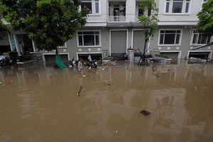 Nội thành, ngoại thành Hà Nội 'bơi' trong mùa mưa, vì sao?