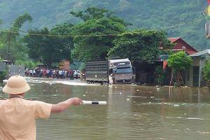 Các xe to đã có thể di chuyển qua đoạn ngập lụt ở Mai Châu