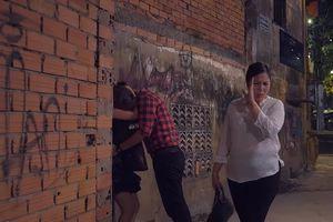 Lén lút hẹn hò ở gần nhà, Nhân và Minh hốt hoảng bị bà Mai bắt gặp nên đã vội làm điều này.