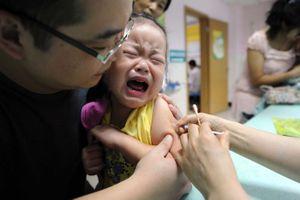 Trung Quốc rúng động bê bối tiêm 250.000 liều vaccine giả cho trẻ em