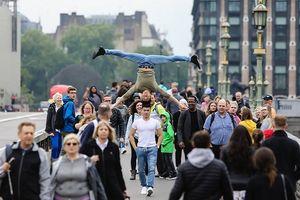 Quốc Cơ - Quốc Nghiệp chồng đầu đi khắp đường phố nước Anh trong sự ngưỡng mộ của nhiều người