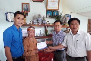 Thăm và tặng quà mẹ Việt Nam Anh hùng nhân ngày 27-7