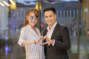 Mặc scandal tình ái, Việt Anh – Quế Vân vẫn vui vẻ sánh bước bên nhau