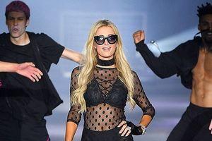 Paris Hilton gợi cảm trên sàn catwalk với đầm xuyên thấu