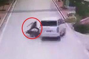 Clip: Người đi xe máy diễn kịch ăn vạ thô thiển khiến người xem 'cạn lời'