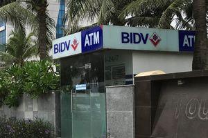 Nam du khách bị đâm khi đứng rút tiền ở trụ ATM