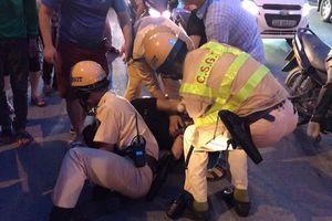 Clip chiến sỹ CSGT quật ngã đối tượng vận chuyển ma túy trên phố như phim hành động