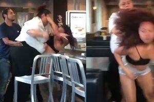 Clip hai nhân viên McDonald's đánh khách nữ xinh đẹp tối mặt, lộ vòng 1