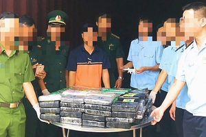 Chủ lô hàng có chứa 100 bánh cocain đã đến công an làm việc