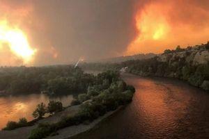 Cảnh cháy rừng ngùn ngụt ở California, 10 nghìn người sơ tán