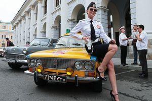 Ngắm dàn xe ôtô cổ Liên Xô khoe sắc trên Quảng trường Đỏ