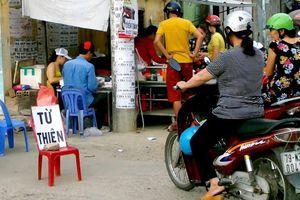 Bánh ướt từ thiện tại ngã ba hẻm phố