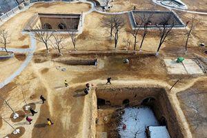 Kiến trúc kỳ lạ trong ngôi làng dưới lòng đất ở Trung Quốc