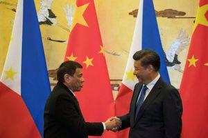 Trung Quốc tặng Philippines tàu tuần tra, súng phóng lựu