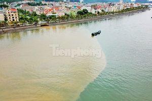 Vịnh Hạ Long 'đổi màu' sau mưa lớn