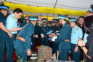 Chùm ảnh xúc động giờ khắc tiễn đưa phi công Khuất Mạnh Trí về an nghỉ tại nghĩa trang thị xã Sơn Tây