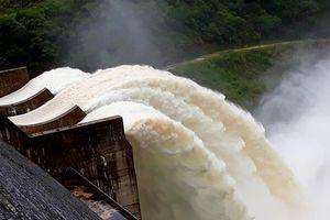 Dân đứng xem thủy điện lớn nhất Bắc Trung Bộ xả lũ