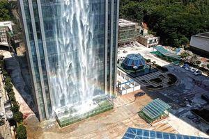 Kinh ngạc với thác nước đổ từ tòa nhà chọc trời ở Trung Quốc