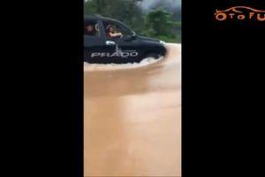 Màn 'bơi' ngoạn mục của xe Toyota Prado ở cửa khẩu Cha Lo