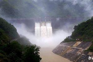 Người dân đội mưa đến xem thủy điện lớn nhất Nghệ An vận hành xả lũ