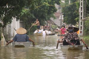 Nước lũ chia cắt nhiều khu vực ngoại thành Hà Nội