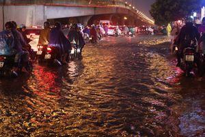 Mưa cực lớn cuối chiều, các tuyến phố Hà Nội ngập nặng