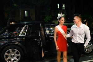 Nam vương Ngọc Tình bảnh bao đón Hoa hậu Quốc tế ở sân bay