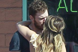Chris Pratt và con gái 'kẻ hủy diệt' hôn nhau ngọt ngào trên phố