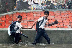 Mưa lớn ở Ấn Độ làm nhà đổ, đường ngập, 82 người chết