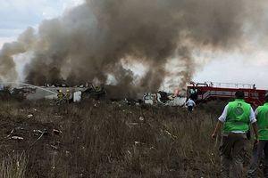 Thân máy bay cháy rụi sau khi rơi tại miền Bắc Mexico