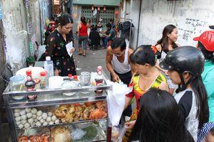 Quán bánh canh 300.000 đồng/tô trong hẻm Sài Gòn, khách vẫn chờ ăn