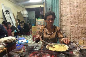 Bánh tráng nướng 'bà khùng' 20 năm ở Đà Lạt khiến người người mê tít