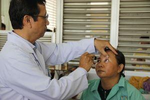 Lần đầu tiên cùng ghép giác mạc và lấy thủy tinh thể cứu bệnh nhân mù