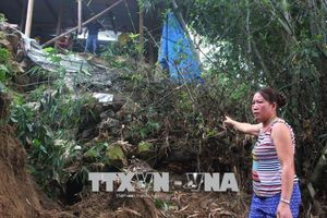 Thủy điện xả lũ, nhiều nhà dân ở Quỳ Châu, Nghệ An có nguy cơ bị cuốn trôi do sạt lở